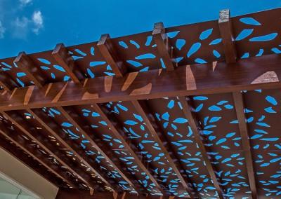 Painel decorativo perfurado em pergolado de madeira