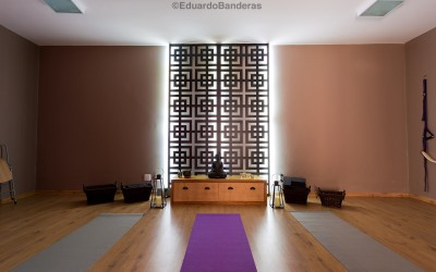 Painel decorativo vazado valoriza Estúdio de Yoga e Pilates.
