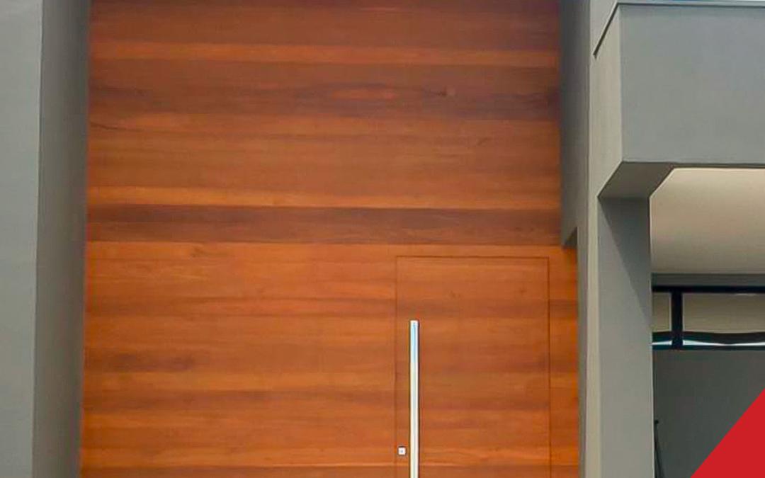 Painel em cumaru com porta embutida